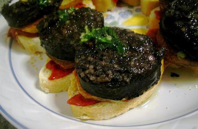 Пинчос «Морсилья с картофелем и сладким перцем» (Morcilla con patata y piquillo)