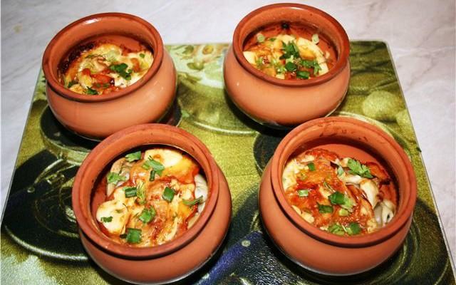 Овощи с яйцом в горшочках