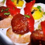 Жаренные перепелиные яйца с чорисо