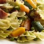 Лапша с овощами, бобами и ветчиной