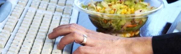 Испанские ученые показали разницу питания за рабочим и обеденным столами