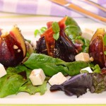 Теплый салат из инжира, сыра и хамона