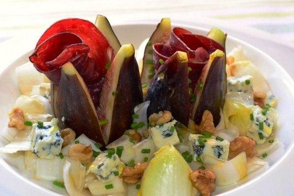Салат из инжира, эндивия, хамона и сыра с плесенью