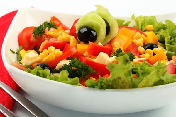 Овощной салат с грибами и оливками