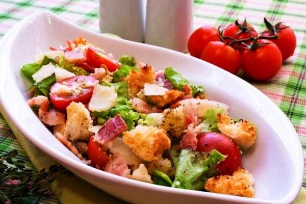 Салат с помидорами и сухариками